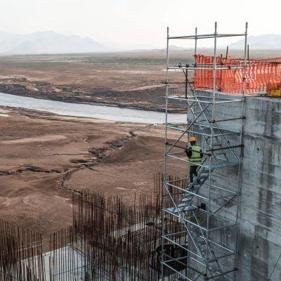 Utsikt från den halvfärdiga dammen över Nilen.