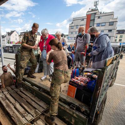 Sairaalasta evakuoituja ihmisiä tulvien valtaamassa Bad Neuenahrin alueella Saksassa.
