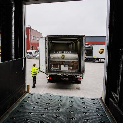Kuvassa ruotsalainen kulkuneuvo on tulossa tyhjennettäväksi.