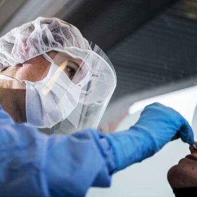 Kuvassa on koronavirustestausta Helsingissä elokuun lopulla vuonna 2020.