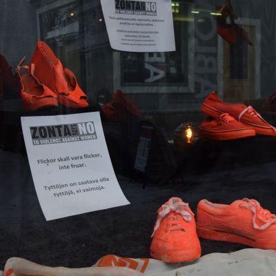 skor i skyltfönster