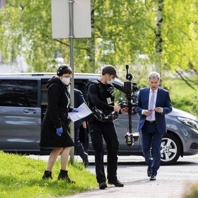 Kuvassa on Sauli Niinistö Ylen tiloissa Pasilassa toukokuussa 2020.