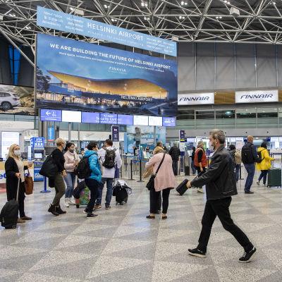 Kuvassa on matkustajia Helsinki-Vantaan lentoasemalla syyskuun 2020 alussa.