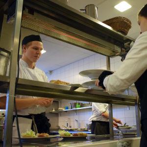 Mat serveras i Prakticums övningskök