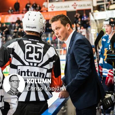 Lauri Marjamäki diskuterar med domare.
