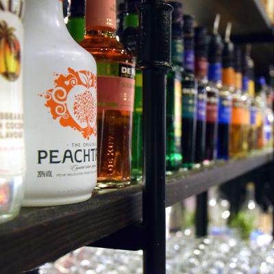 Spritflaskor bakom en bardisk
