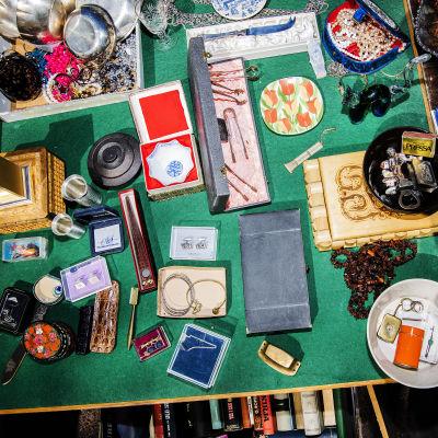 Kuvassa on Karhupuiston pihakirppiksellä myynnissä olleita tuotteita.