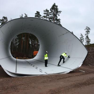 två män i en tunnel under arbete