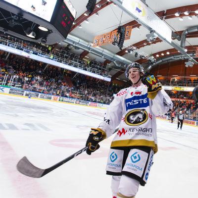Topi Niemelä firar ett mål framför en kamera.