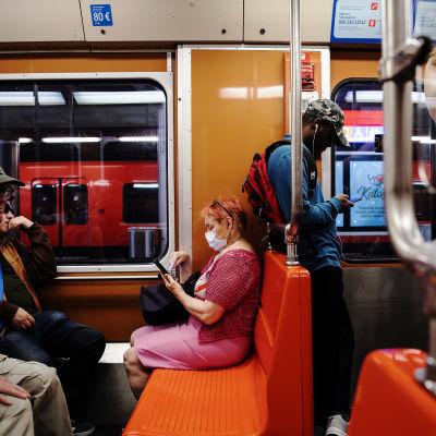 Henkilö käytti hengityssuojainta Helsingin metrossa helteisenä perjantaina kesäkuun 2020 lopulla.