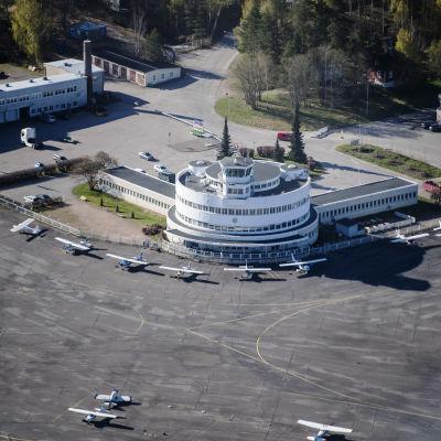 I bilden Helsingfors-Malms flygplats. Bilden är tagen uppifrån och där syns flygtornet, och ett par småplan.