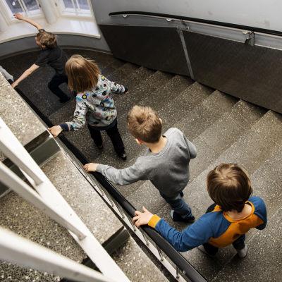 skolelever i trappa