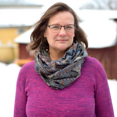 kvinna i fuccsiaröd tröja utomhus