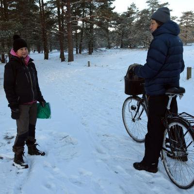 Marika Lindström pratar med Iida Kämäri.