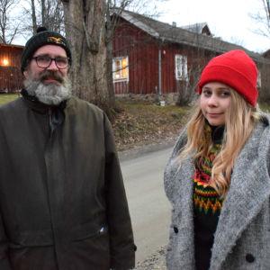 äldre man och yngre kvinna utomhus