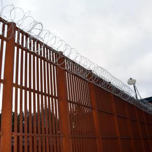 Vantaan vankilan aitaa ja valvontakamera,