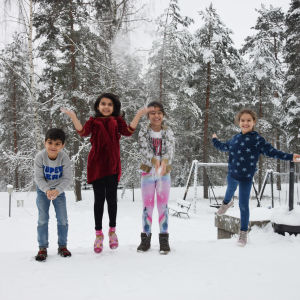 Fyra barn som hoppar i snön Odai Al-Hadeehti, Yara Qader , Mallak Al-Hadeehti och Rahmah Al-Hadeehti.