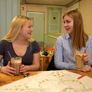 två flickor vid kaffebord