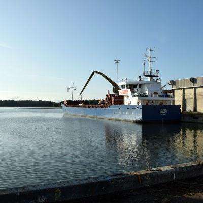 Fraktfartyg i Ingå hamn.
