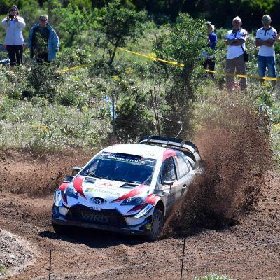 Jari-Matti Latvala kör genom gruset