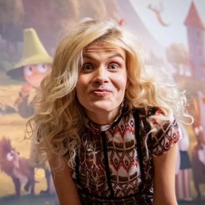 Kuvassa näyttelijä Alina Tomnikov. Hän irvistää kameralle.