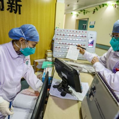 Sjukhuspersonal i skyddskläder och andningsskydd i ett sjukhus i Wuhan. Bilden är tagen den 30 januari 2020.