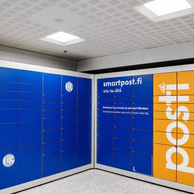Kuvassa on pakettiautomaatti Viikin Prismassa Helsingissä elokuussa 2020.