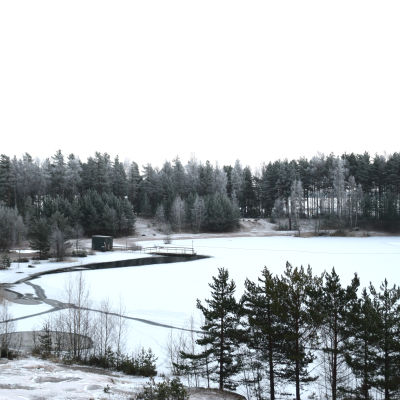 En simstrand i vinterskrud.