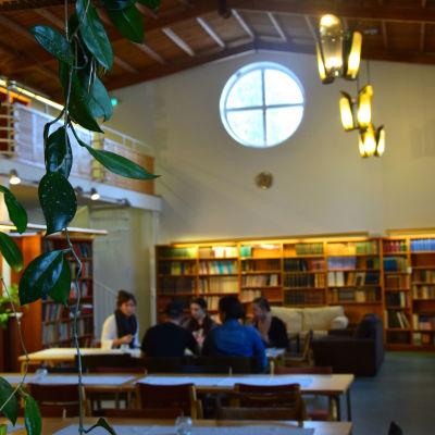 människor i bibliotek