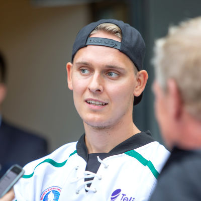 Kevin Lankinen talar med journalister.
