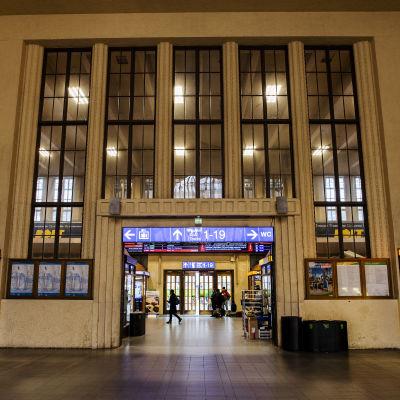Kuvassa on Helsingin päärautatieaseman aula.