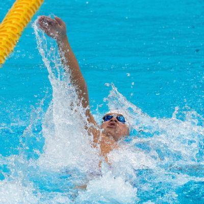 Antti Latikka simmar ryggsim i Tokyo.