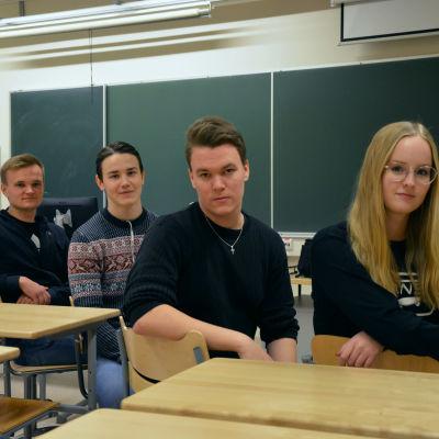 Julia Latva-Pirilä,  Markus Korpela, Benjamin Kurtén och Rasmus Kupi i Korsholms Gymnasium.