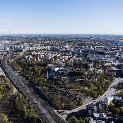 Ilmakuvassa on Linnanmäen huvipuisto toukokuussa 2020.