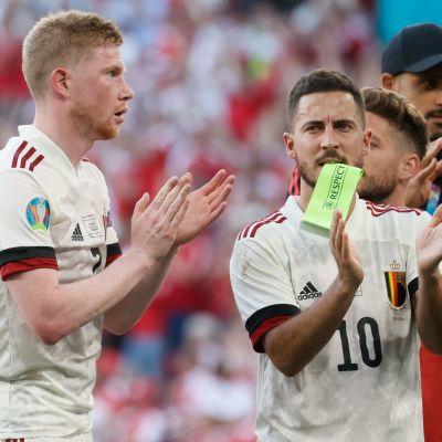 Kevin de Bruyne och Eden Hazard applåderar.