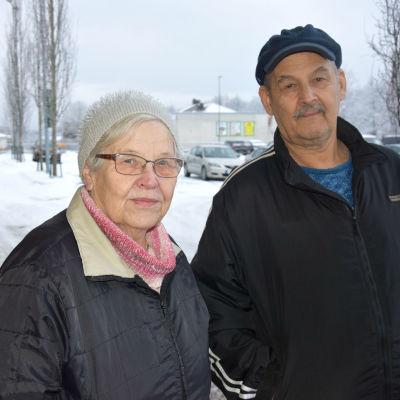 man och kvinna på parkeringsplats