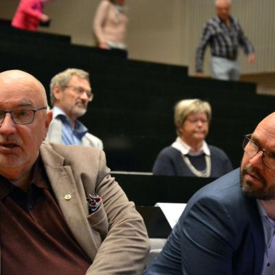 Lars Gästgivars och Kim berg på plats på diskussion om planerna på fusion mellan Vasa och Korsholm.