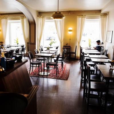 Kuvassa on Senaatintorin vieressä sijaitseva Cafe Engel.