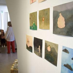 teckningar på vägg och människor