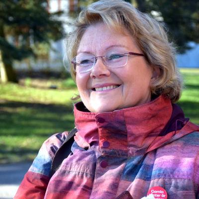 En bild på en leende kvinna.