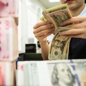Amerikanska och kinesiska sedlar.