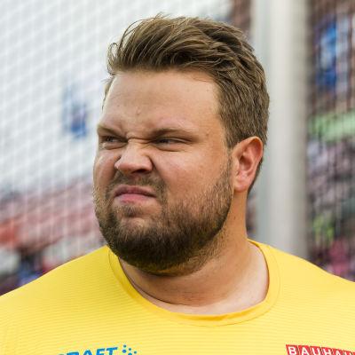 Daniel Ståhl rynkar på näsan och pannan.