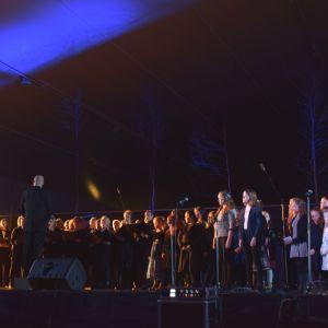 Jubileumskören från Västra Nylands sång- och musikförbund dirigerades av Teddy Granroth. Kören framförde Terra Abunduntia (Landet av överflöd) med musik av Teddy Granroth och text av Peter Nyberg.