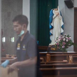 Polisen skottskadade en man som skadade fyra församlingsmedlemmar i en kyrka i staden Sleman på ön Java