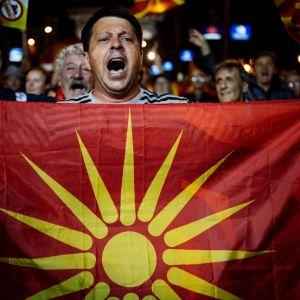 Motståndare till namnbytet firade det låga valdeltagandet på gatorna i Skopje på söndag kväll.