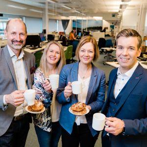 Bild av olika Svenska Yle-profiler med kaffekopp i handen