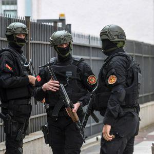 Poliser utanför domstolsbyggnad i Podgorica, Montenegro 9.5.2019
