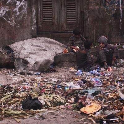 Barn i den krigshärjade staden Aleppo den 19 september 2013.