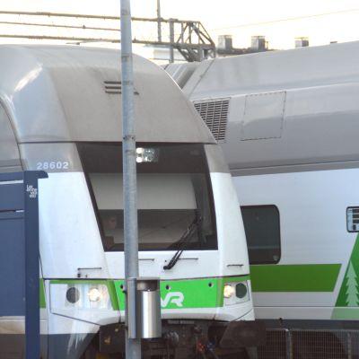 Två IC-tåg på Karis järnvägsstation.