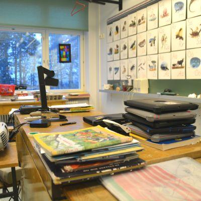 Lärarens kateder i ett klassrum.
